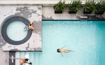 """""""Flotando en la piscina"""", 2013 Guayaquil. 180 x 112 cm"""